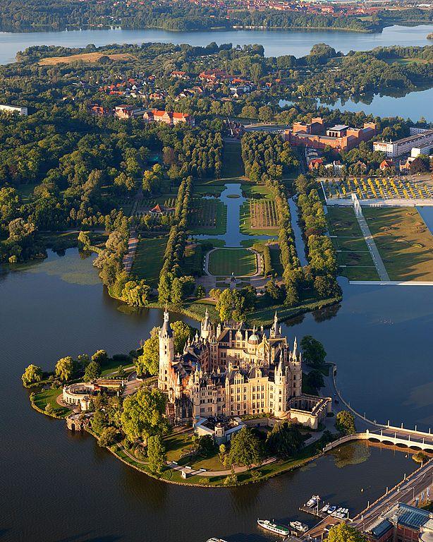 Harald Hoyer, Schwerin Castle Aerial View Island Luftbild Schweriner Schloss Insel See, CC BY-SA 3.0